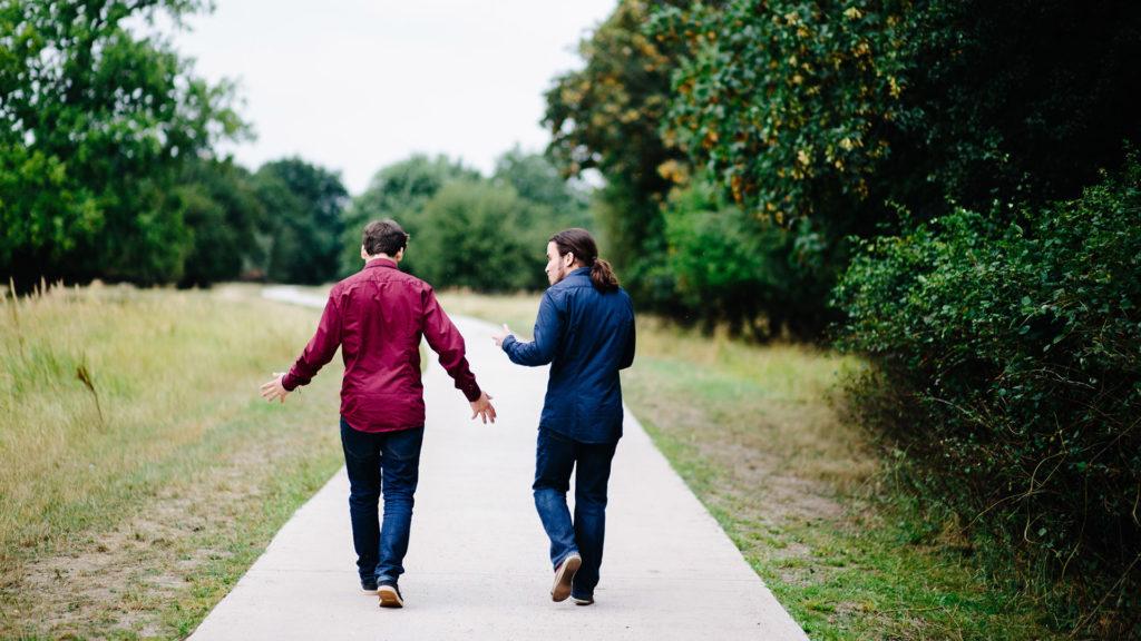 Zwei Männer in der Natur